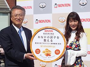 石川紳一郎社長(左)とゲストのスザンヌ