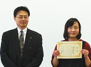大森屋の稲野達郎常務(左)と最優秀賞を受賞した村田麻由佳さん