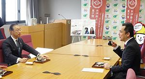 煎と和菓子を食しながら談笑する品田社長(左)と鈴木三重県知事
