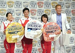 発売記念イベントに参加した体操ニッポン代表の左から笹田、白井、村上選手とお笑いタレントのじゅんいちダビッドソン