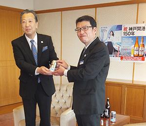 デザイン缶を手にする大和陽二神戸統括支社長(右)と岡口憲義副市長