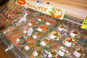 青果の店内加工のサラダコーナーも改装で導入=東寺方店