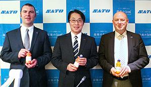 松山一雄サトーホールディングス社(中)、クリス・ワイヤーズデータレース社CEO(右)、マーク・ネイプルズ同CMO(左)