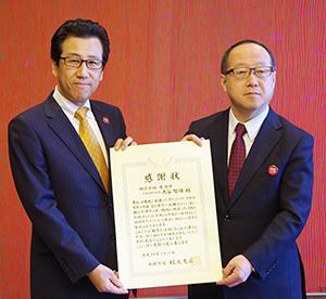 秋元克広札幌市長(左)と丸谷智保社長