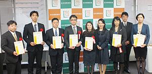 倉内伸幸会長(右から2人目)と受賞企業