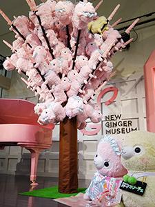 イベントスペースには満開の桜の木オブジェ