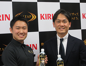 幕田純RIZAP社統括トレーナー(左)と山形光晴キリンビバレッジマーケティング部長