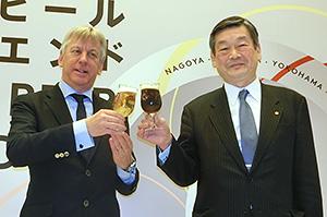 ギュンテル・スレーワーゲン名誉実行委員長(左)と小西新太郎実行委員長