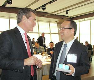 表彰式後にヘンリー・アーマーNACS社長と歓談する丸谷智保社長(右)