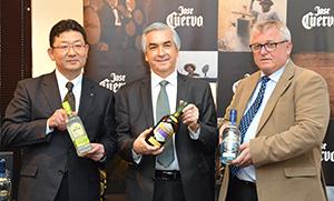 笹原俊一理事マーケティング第三部長(左端)とホセ・クエルボ社のイアン・ストラチャンマネージングディレクター(右端)