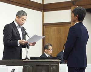 増田徳兵衞理事長(左)から表彰状を受け取る永年勤続の代表者
