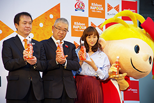 左から三上敦取締役戦略企画部長、山本隆二社長、藤本美貴、リボンちゃん