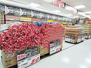"""開店セールでは50円、100円均一の""""驚安価格""""で食品を販売した"""