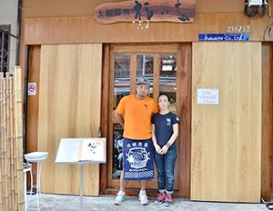 しあわせ食堂「福いち」オーナーの石原昭一さんと妻のゆう子さん=バンコク・オンヌットで。小堀が3月13日写す