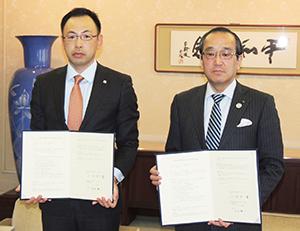 白石耕一支店長(左)と松井一實市長