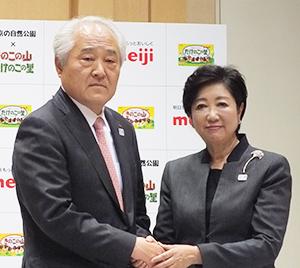 小池百合子都知事(右)と斉藤昇一副社長