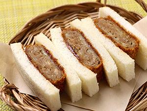 ベーカリーのサンドイッチ用に好評の「四角い」シリーズにメンチカツ登場