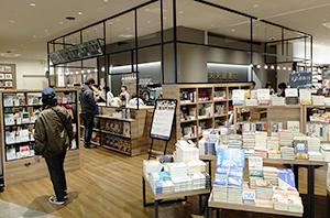 5階テナントのイオングループの未来屋書店、ブック&カフェで高級感を演出した