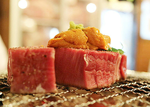 タイでは高級牛肉と海産物を組み合わせた料理も珍しくない=タイ・バンコクの日本食レストランで