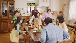 家族の楽しい食卓を描き、商品魅力を伝える「健康サララ」のTVCM