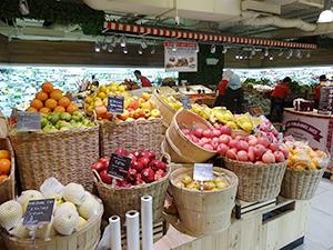 多くの輸入食材が並ぶ食品スーパー