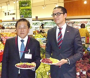 MV中部の鈴木芳知社長(左)とレイモンド・ローチェ豪州領事