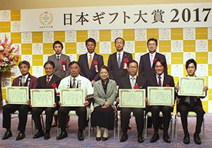 表彰式に臨む末澤壽一社長(後列右端)