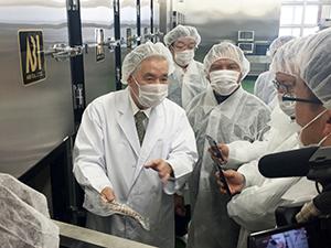 インドネシア政府の視察団にCAS機能を説明する大和田哲男社長(中央(左))