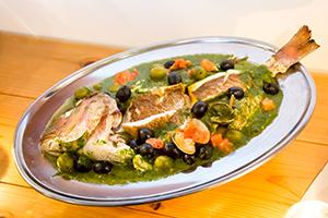 「鯛のアオサ蒸し」タイを三枚におろし、間にたっぷりのアオサを入れて蒸し上げる。タイのうまみとアオサの香りの相乗効果。海藻の食文化を誇る日本だからこその料理