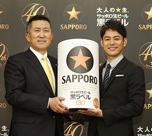高島英也社長(左)と妻夫木聡