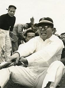 1961年、課長時代の会社運動会で綱引きに参加