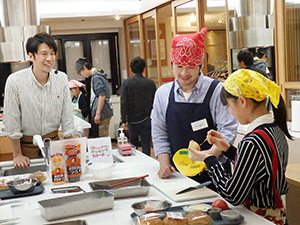 料理研究家・コウケンテツ氏(左)を特別ゲスト講師に迎えて、親子で調理実習