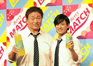 新CMキャラクターの平野紫耀(右)と天龍源一郎さん