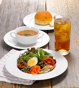 グルマンサラダのブランチAセットは低糖質パンと彩り野菜のスープが付く