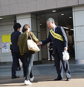 秋葉原駅頭で街頭アピールする坂田辰久理事長