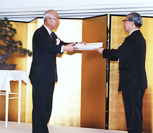 1989年3月、社長として最後の年に日本食糧新聞社「食品ヒット大賞」で優秀ヒット賞を贈られた(左)