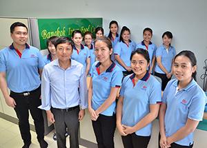 バンコク・インター・フードGMの藤岡学さん(前列左から2人目)と従業員の皆さん=タイ中部ナコーンパトゥム県で。小堀が4月24日写す