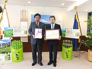 川勝平太静岡県知事(左)と本庄周介副社長