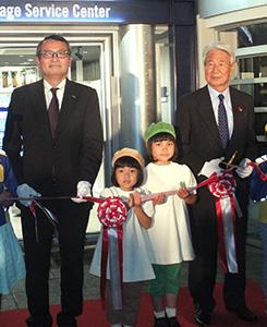 左から沖崎行男専務取締役、ムギちゃん、グリーンダカラちゃん、住谷栄之資KCJ GROUP社長