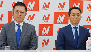記者会見する池田泰弘会長(左)と大櫛顕也社長
