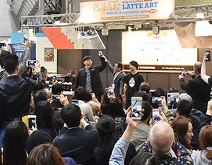 優勝が決まった瞬間、雄たけびを上げる韓国のUm Paulさん(中央奥)