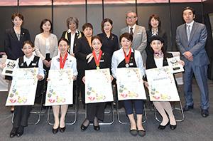 前列中央は優勝の高木真理子氏、後列右端が稲村省三会長