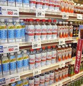 清涼飲料は今夏もボリュームゾーンとなることが予想される。「コカ・コーラプラス」など話題の新製品が揃う
