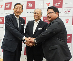 相互連携協定調印式でがっちり握手を交わす3者