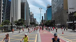 休日で歩行者天国のパウリスタ大通り(サンパウロ)