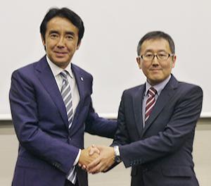 握手する竹増貞信ローソン社長(左)と目黒真司ポプラ社長