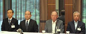 右から細貝理栄日本パン工業会副会長、飯島延浩同会長、桐山健一同副会長、安田智彦同副会長