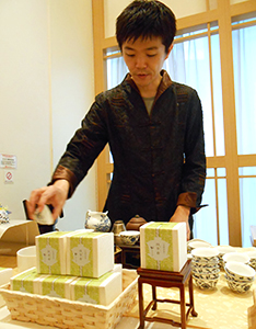 伝統的なスタイルでお茶を入れる日本中国茶普及協会認定インストラクター