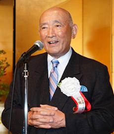 2011年、創業80周年記念祝賀会であいさつする牧順氏