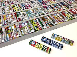 今回採用された「キシリトールガム〈Xミント〉」と、200万種以上のデザインが印刷されたパッケージフィルム